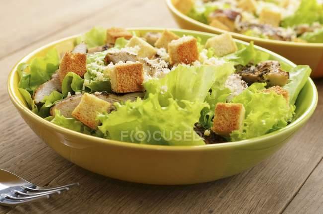 Змішані leaf салат з куркою і Кус-кус — стокове фото