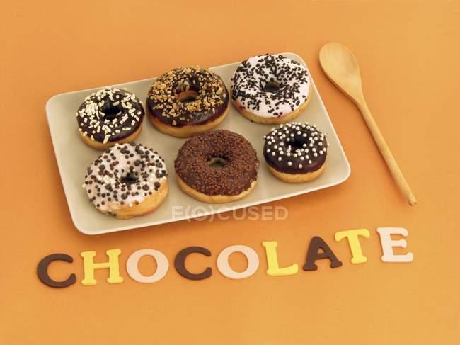 Шість пончики в плита — стокове фото