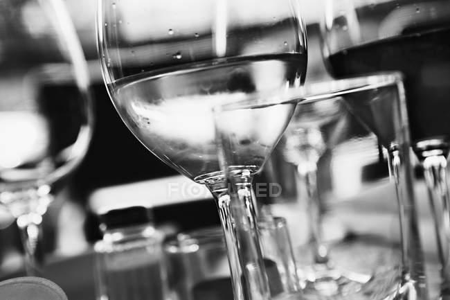 Gläser Weißwein auf dem Tisch — Stockfoto