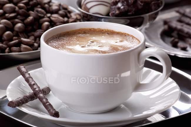 Copa de café con galletas de chocolate - foto de stock