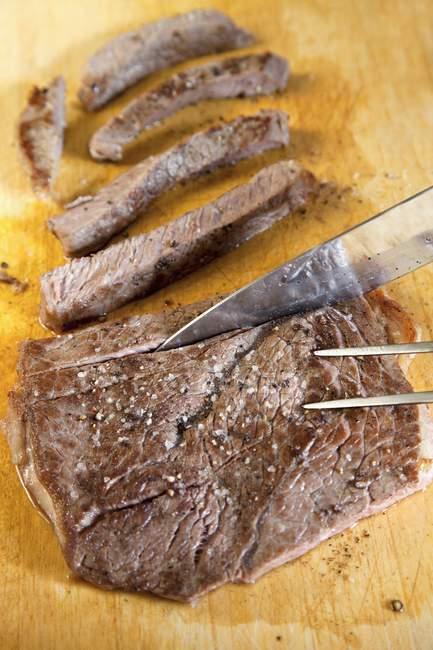 Slicing Steak an Bord — Stockfoto