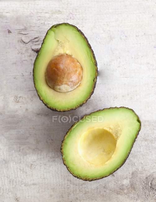 Свежего авокадо пополам с ямой — стоковое фото