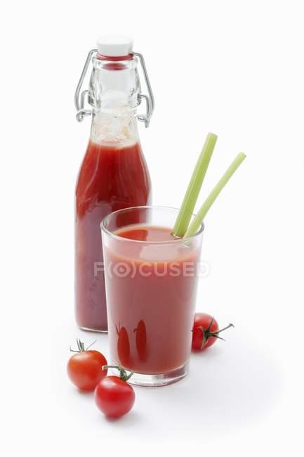 Suco de tomate com aipo — Fotografia de Stock