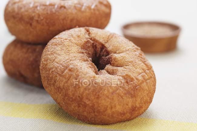 Rosquillas llanas enteras - foto de stock
