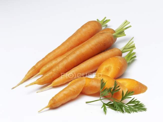 Zanahorias frescas con rodajas - foto de stock