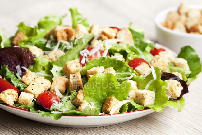 Closeup view of Caesar salad with bread on plate — Stock Photo