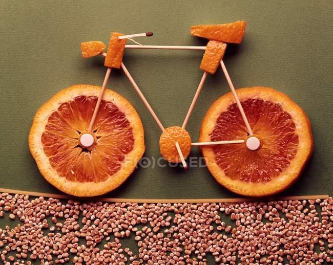 Вид крупным планом велосипеда из оранжевых ломтиков и зубочисток — стоковое фото
