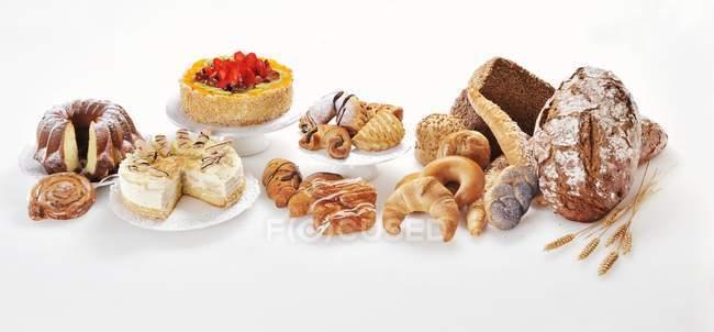 Arreglo de tortas, pasteles y pan - foto de stock