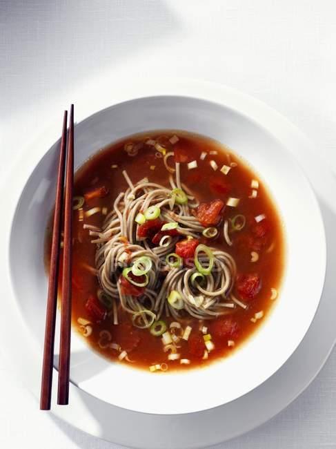 Sopa de tomate con fideos soba - foto de stock