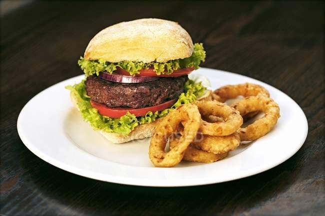 Beefburger з смаженим цибульні кільця — стокове фото