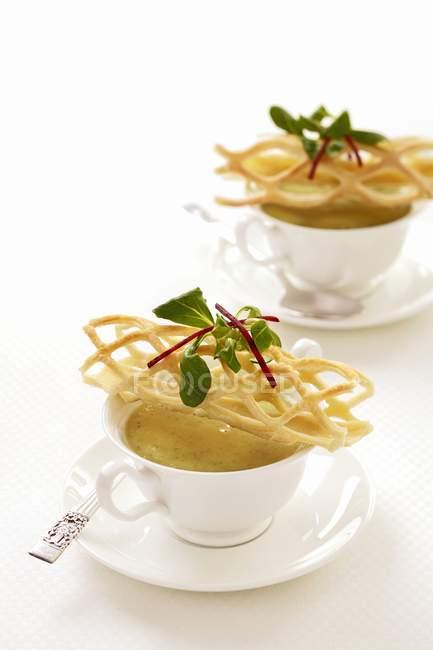 Vista del primo piano della minestra crema con una grata di pasta sfoglia — Foto stock