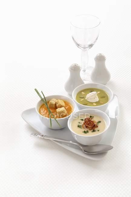 Diferentes sopas creme em taças — Fotografia de Stock