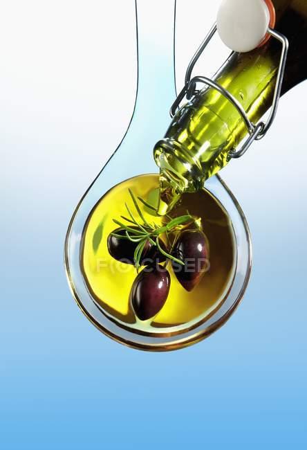 Huile d'olive versant sur les olives — Photo de stock