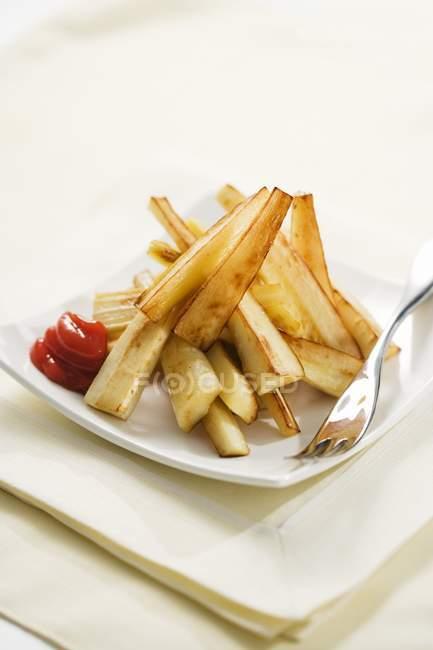 Yuca fritas con salsa de tomate - foto de stock