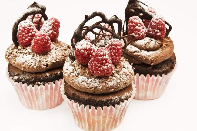 Bolinhos de chocolate com framboesas — Fotografia de Stock