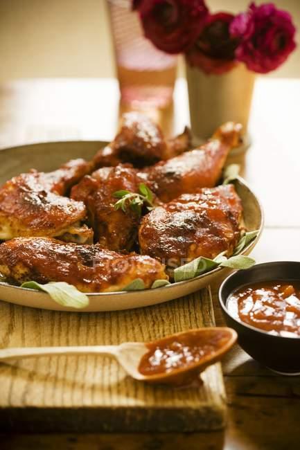 Gebratenes Huhn mit würziger Grillsoße — Stockfoto
