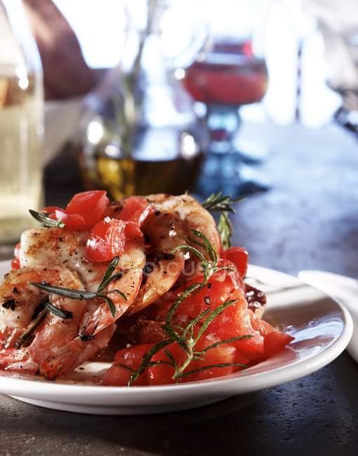 Garnelen mit Tomaten und Rosmarin Bruschetta — Stockfoto