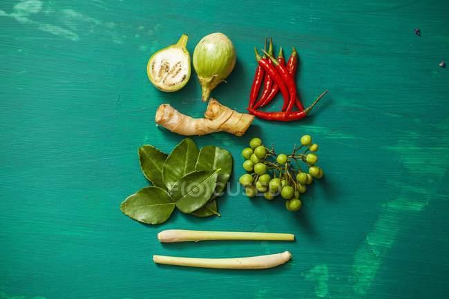 Draufsicht auf Zutaten für Tom Ka Gai Suppe auf grüner Oberfläche — Stockfoto