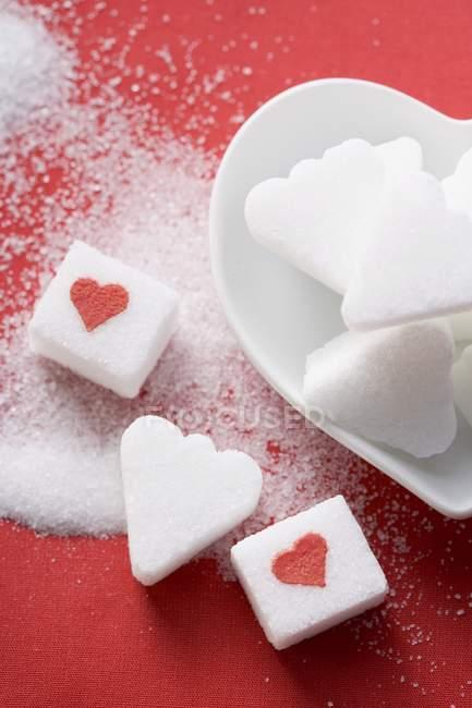 Zollette Di Zucchero A Forma Di Cuore Con I Cuori Rossi Su