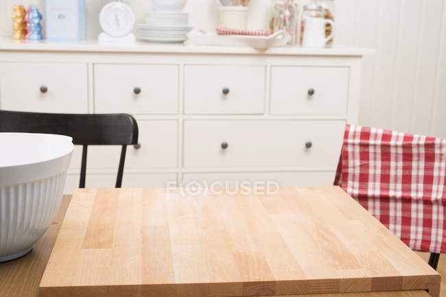 Kitchen scene with large chopping board on table — Stock Photo