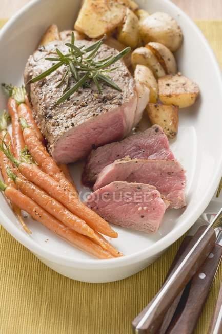 Filetsteak mit Karotten — Stockfoto