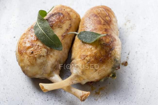 Muslos de pollo rellenos con hojas de salvia - foto de stock