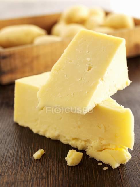 Кусочки сыра чеддер — стоковое фото