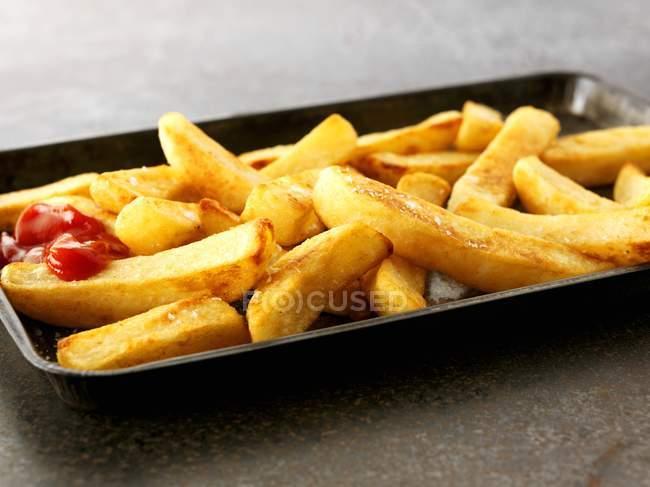 Ketchup auf Pommes — Stockfoto