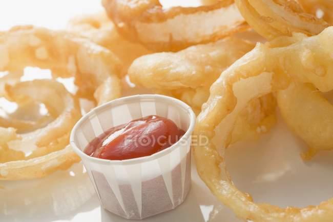 Frittierte Zwiebelringe mit Ketchup — Stockfoto
