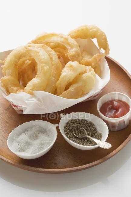 Aros de cebolla con sal - foto de stock