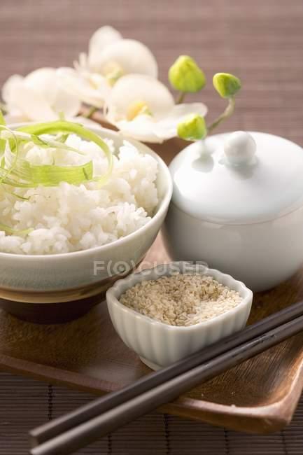Gekochter weißer Reis mit Kräutern — Stockfoto