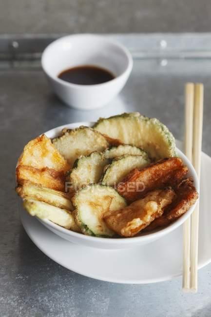Tempura de légumes avec sauce soja dans des bols et des baguettes — Photo de stock