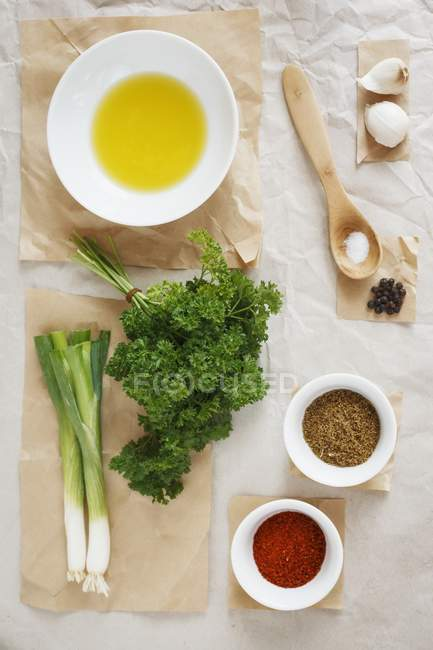 Ingrédients pour pâte d'épices orientales chermoula sur papier cuisson — Photo de stock