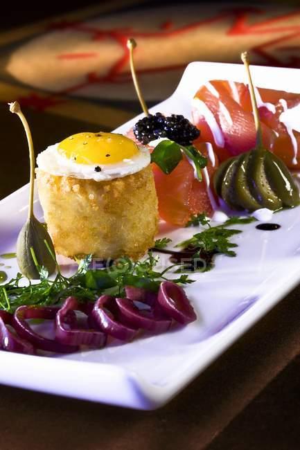 Salmón con huevo de codorniz - foto de stock