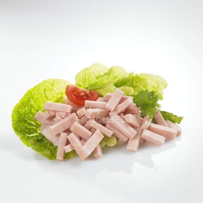 Полоски индейки на листьях салата — стоковое фото