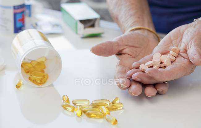 Frau hält Tabletten in der Hand — Stockfoto