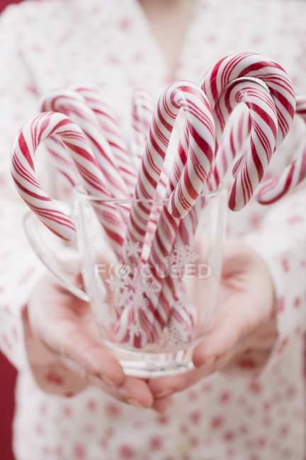 Mulher Segurando Candy Canes — Fotografia de Stock