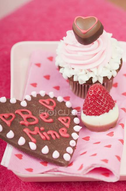 Cupcake and chocolate-dipped strawberry — Stock Photo