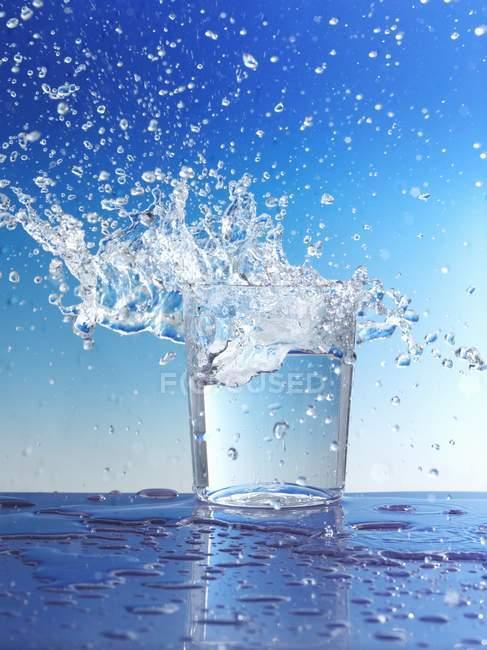 Вода виливання скла — стокове фото
