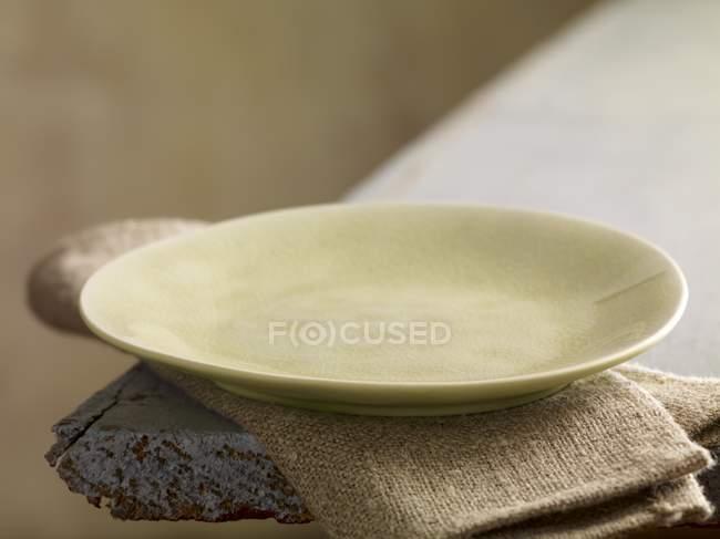 Крупним планом видом порожній плити на лляну тканину — стокове фото