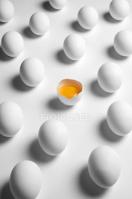 Білий органічні яйця — стокове фото