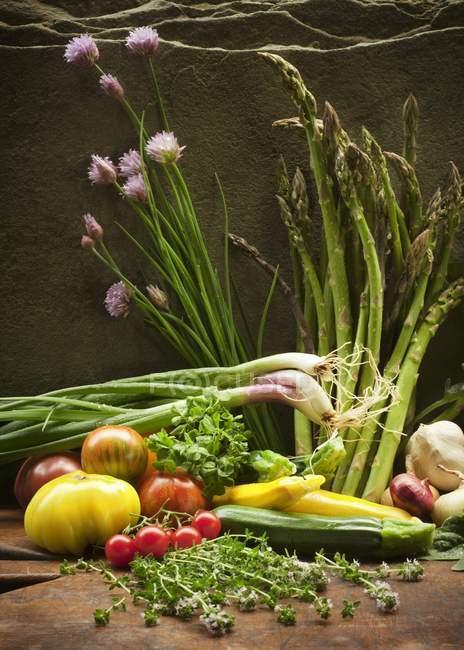 Frisches Gartengemüse auf hölzerner Oberfläche — Stockfoto