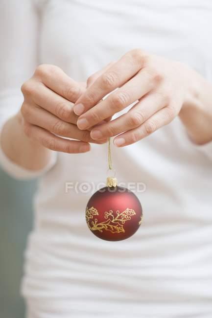 Femme tenant boule de Noël — Photo de stock