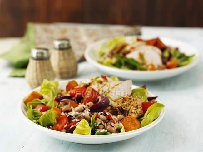 Nahaufnahme von würzigen jerk chicken mit Reis und Gemüse — Stockfoto
