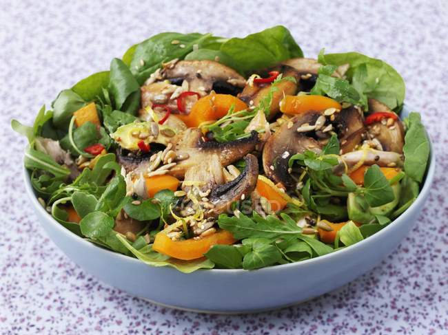 Closeup view of mushroom salad with peppers and sesame seeds — Stock Photo