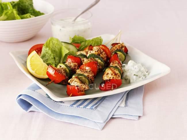 Річний курка і овочевих шашлики на білий пластини над рушник — стокове фото