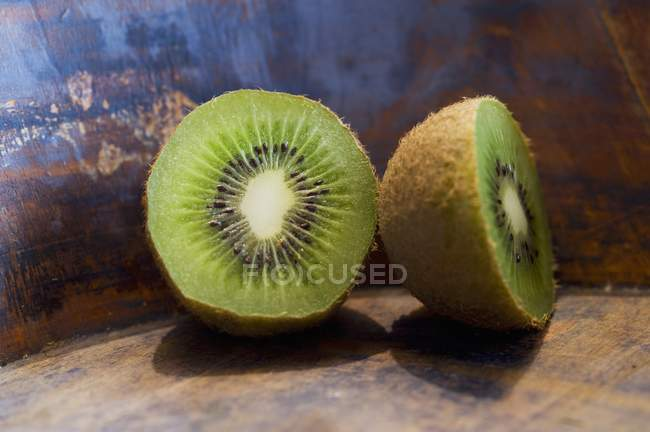 Kiwi maduro a la mitad - foto de stock