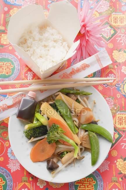Legumes salteados com arroz — Fotografia de Stock
