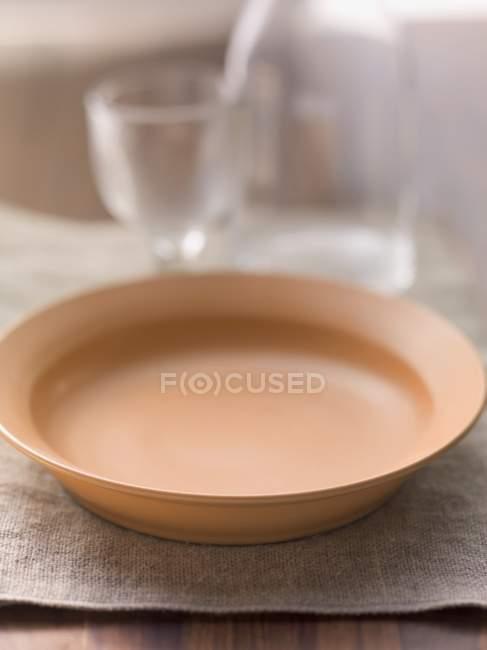 Vista del primo piano di un piatto vuoto sul panno di lino — Foto stock