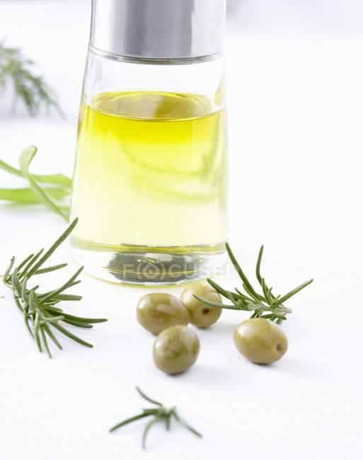 Оливковое масло, оливки и розмарином — стоковое фото